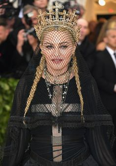 Met Gala 2018 Red Carpet: The Most Epic Headpieces and Hair Accessories of the Night Tricot Xl, Transformers, Madonna Fashion, Dramatic Hair, Met Gala Red Carpet, Gala Dresses, Doja Cat, Facon, Fashion Models