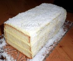 POTŘEBNÉ PŘÍSADY:  Těsto:  7 bílků 200 g cukru moučka 70 g másla 200 g hrubé mouky  Krém:  500 ml mléka 2 vanilkové pudinkové prášky 4 PL cukru krupice 100 ml vaječného likéru 125 g másla 3 PL cukru moučka  Dále:  strouhaný kokos  POSTUP PŘÍPRAVY:  Začneme šlehat samotné bílky, po chvilce přidáme cukr a vyšleháme do pevného sněhu.
