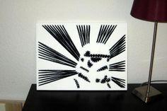 Fadenbild mit einem modernen Star-Wars-Motiv (Sturmtruppler).Das Bild wurde mit Nägeln und Baumwollgarn auf lackiertem Fichtenholz gefertigt. Da jedes Bild individuell angefertigt wird, variieren die Bilder leicht.Maße 40 x 30 x 1,5 cmWir sind ein tierfreier Nichtraucherhaushalt.