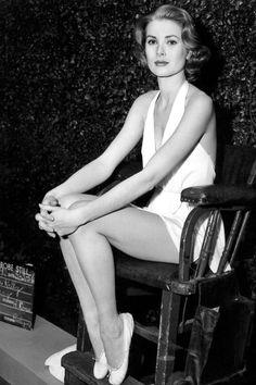 Grace Kelly, princesse de Monaco: le style mythique d'une icône. Le maillot de bain blanc: Malgré une silhouette athlétique héritée de sa mère Margaret Kelly, ancienne nageuse de compétition -comme Charlene de Monaco, l'épouse de son fils Albert, Grace Kelly était en réalité peu sportive car elle souffrait d'asthme.