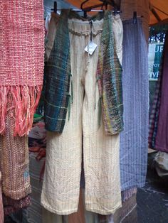 roupas feitas com tecido em tear manual em exposição na praça Benedto Calixto aos sábados