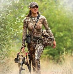 Responsible hunting, game management and wildlife conservation are important aspects of any wild game hunting, but many find the challenge of deer hunting to be the most challenging. Here are some ideas and deer hunting tips to make y Bow Hunting Women, Deer Hunting Tips, Hunting Girls, Hunting Camo, Squirrel Hunting, Hunting Wedding, Deer Hunting Blinds, Archery Girl, Actrices Sexy