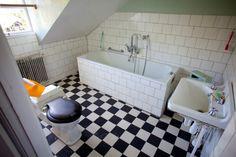 Övre plan: Badrum Plan, Alcove, Tile Floor, Scandinavian, Bathtub, Flooring, Bathroom, Home, Standing Bath