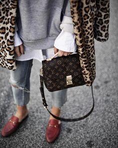 Sandra Ebert von http://black-palms.com kombiniert Leo mit roten Gucci Princetown Slippern und der Louis Vuitton pochette Metis Streetstyle
