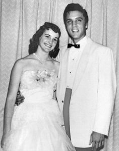 May 1955 ~ Hotel Peabody in Memphis : Prom Day. Elvis and his High School girlfriend Dixie Locke. Elvis´ cousin Gene Smith and Bessie Wolverton. Dixie´s dress was chosen by Dixie and Gladys Lisa Marie Presley, Priscilla Presley, Celebrity Prom Photos, Celebrity Dads, Elvis Collectors, Young Elvis, Prom Date, Elvis Presley Photos, Thing 1