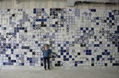"""""""Middle oft the Riddle"""" – zwei Wandinstallationen der düsseldorfer Künstlerin Vera Lossau aus handgefertigten Keramikfliesen in den Farben Blau, Weiß und Schwarz für die Mensa und das Bistro der Hochschule Hamm-Lippstadt."""