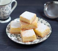 Quadrotti di ricotta: Ingredienti: PER LA BASE,90 g di burro freddo,110 g di farina,15 g di zucchero a velo,1 cucchiaio d'acqua fredda,PER IL RIPIENO,220 g di ricotta vaccina,150 g di zucchero semolato,4 uova,3 cucchiai di farina,la scorza di 1 limone non trattato,100 ml di succo di limone,1/2 bacca di vaniglia,INOLTRE,zucchero a velo