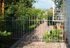 Garten Abtrennung mit Gartentörchen über dem Gehweg