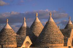I #trulli, antiche abitazioni oggi patrimonio UNESCO, unici al mondo.