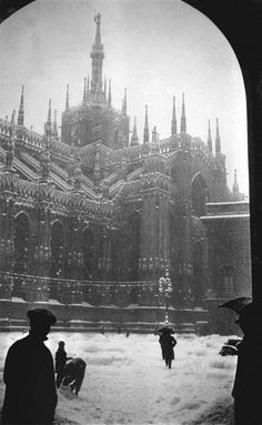 Nevicata in piazza Duomo 1930 circa Old Pictures, Old Photos, Vintage Photos, The Holy Mountain, Or Noir, Arte Horror, Milan Italy, Black And White Pictures, Historical Photos