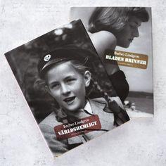 For en kort tid siden skrev jeg om Barbro Lindgren sin bok… …«Jättehemligt» – den første boken i en serie på tre. Og her kommer noen ord om de to siste: «Världshemligt» og «Bladen Brinner». Historien om Barbro Lindgren sin oppvekst fortsetter i «Värdshemligt». Om hvordan der er å være tolv år og snart tretten,...Continue