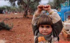 Esta niña Siria estremece al mundo al rendirse pensando que el fotografo la apuntaba con un arma
