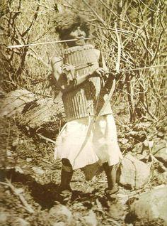 Guerrier Karok nord Californie avec son casque et son armure,tenant un carquois en peau sous le bras photographié par John Daggett vers 1898. Taylor et Sturtevant Les Indiens d'Amérique du Nord page 129