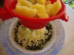 ΜΑΓΕΙΡΙΚΗ ΚΑΙ ΣΥΝΤΑΓΕΣ: Σπανακοκεφτέδες ,Μούρλια γεύση !!!! Greek Beauty, Greek Recipes, Apple Pie, Grains, Veggies, Rice, Food, Cooking Ideas, Coca Cola