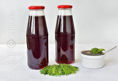 Reteta de sirop de muguri de brad mi-a fost ceruta de extrem de multe ori. Din pacate, pentru ca locuiesc in Bucuresti, gasesc mai greu brazi de unde sa pot Romanian Food, Romanian Recipes, Hot Sauce Bottles, Gravy, Conservation, Preserves, Celery, Pantry, Health Tips