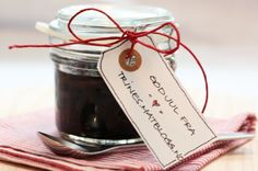 Rødløksmarmelade med balsamico - TRINEs MATBLOGG Edible Gifts, All Things Christmas, Food Inspiration, Side Dishes, Perfume Bottles, Food And Drink, Place Card Holders, Homemade, Glass