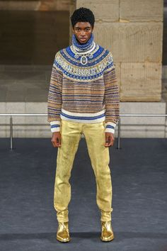 Chanel Pre-Fall 2019 Fashion Show Collection: See the complete Chanel Pre-Fall 2019 collection. Look 42 Mens Fashion Sweaters, Knit Fashion, Fashion Week, Fashion Hats, Men's Casual Fashion Tips, Trendy Fashion, Fashion Trends, Chanel Men, Coco Chanel