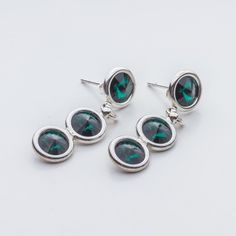 Swarovski Rivoli Earrings 6/6/6mm Emerald  Dimensions: length: 3,2cm stone size: 6mm Weight ( silver) ~ 3,30g ( 1 pair ) Weight ( silver + stones) ~ 3,95g Metal : sterling silver ( AG-925) Stones: Swarovski Elements 1122 SS29 ( 6mm ) Colour: Emerald 1 package = 1 pair  Price 9 EUR