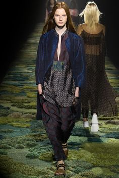 See all the Collection photos from Dries Van Noten Spring/Summer 2015 Ready-To-Wear now on British Vogue Fashion Brand, Fashion Show, Fashion Design, Fashion 2015, Fashion Spring, Dries Van Noten, Trend Council, Indian Ethnic Wear, Mixing Prints