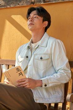 Him read the book Gong Yoo Handsome Asian Men, Handsome Korean Actors, Goblin Gong Yoo, Goong Yoo, Yoo Gong, A Guy Like You, Bias Kpop, Famous Men, Korean Men