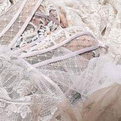 Ein Traum aus Softtüll und Spitze Inspiration für die romantische Braut#sioedam_couture  #braut2018 #instafashion #hochzeit2018 #weddingplaner #hochzeitsplaner #weddingfashion #mallorcawedding #inlove #love #verliebt #luxurybridal #couturebride #weddingday #weddingfashion #gowns #strandhochzeit #sayyes @sayyestothedress #frankfurt #instabride #brautkleid #hochzeit #gown #hochzeitsplaner #mykonoswedding #dreamdress #sioedam_couture