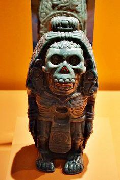 Xólotl, para los nahuas fue quién descubrió el camino para cruzar el inframundo por lo que se le creó un culto.  Se aprecia en su pecho dos huecos que servían para sostener un pectoral. #xolotl #xoloscompañerosdeviaje #diosesprehispanicos #culturasprehispanicas American Indian Tattoo, Aztec Artifacts, Art Chicano, Sculpture Art, Sculptures, Art Tribal, Inka, Aztec Designs, Skull And Bones