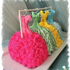 So clever/hanging cake dresses - Cake Decorating Simple Ideen Pretty Cakes, Cute Cakes, Beautiful Cakes, Amazing Cakes, Unique Cakes, Creative Cakes, Pinterest Cake, Cake Blog, Novelty Cakes