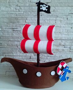 Navio Pirata em feltro  Medida 46cm compr x 50cm de altura.