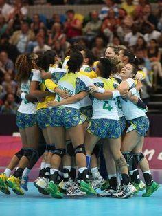 Seleção Brasileira de handebol comemora vitória contra a Sérvia