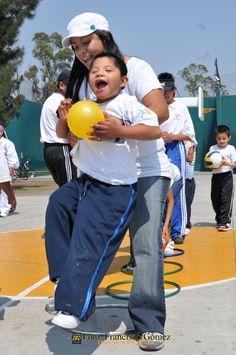 Nezahualcóyotl, Méx. 28 Abril 2013.  Pequeños que sufren de  alguna discapacidad y que acuden a terapias con sus padres para tener un mejor desarrollo, también mostraron sus avances de coordinación, destreza y movilidad con pelotas y aros de colores.