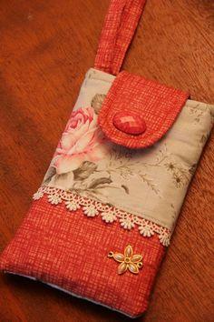 Bolsinhas para levar ou guardar celular,de tecido com o tamanho de 16 cm de altura por 10cm de largura. Alça para fechar com botão de imã.