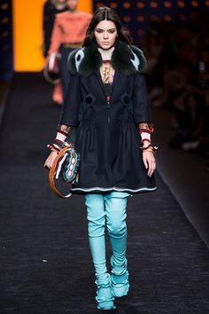 Guarda la sfilata di moda Fendi a Milano e scopri la collezione di abiti e accessori per la stagione Collezioni Autunno Inverno 2016-17.