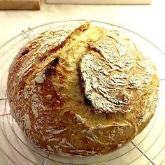 Pataleipä (No-knead bread) on maailman helpoimmin leivottava leipä. Aikaa se toki vaatii noustakseen, mutta ei lainkaan vaivaamista! Ja maku – se on artesaaniluokkaa!
