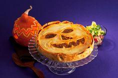 Kreativer und leckerer Kürbis-Hackfleisch-Pie - Zu Halloween gehört ein geschnitzter Kürbis, aber was haben Sie davon? Viel besser schmeckt der Kürbis-Pie, der übrigens auch eine passende Kürbis-Fratze mitbringt.