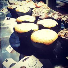 Die Muffins an der Coffee Bar sind irgendwann mein Untergang ... . . #afterlunch #muffins #cheesecake #kaffeebeijamie #randomhouse #12von12