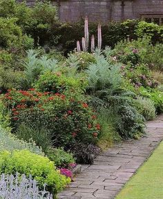Edwin Lutyens garden by Gertrude Jekyll who created what the world knows as the English Cottage Garden style.