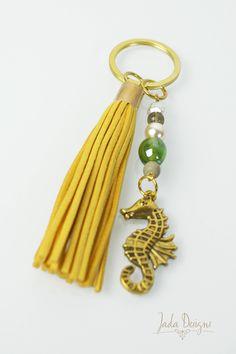 Schlüsselanhänger / Taschenanhänger in gold, gelb mit Quaste, Perlen & Seepferdchen-Anhänger // Keychain gold tassel, pearls, seahorse charm von byJadaDesigns auf Etsy