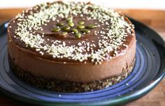 Quick and Easy Raw Vegan Chocolate Cake - This is it. A simple, quick, and easy recipe for the best raw vegan chocolate cake. Desserts Crus, Raw Dessert Recipes, Raw Vegan Desserts, Raw Vegan Recipes, Vegan Treats, Vegan Foods, Vegan Dishes, Vegan Raw, Delicious Recipes