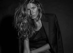 Gisele Bündchen mostra que acredita na beleza real das mulheres. A modelo, criticou o uso excessivo de Photoshop nas campanhas de moda. No ensaio feito por Johan Lindeberg, criador da marca, ela aparece ao 32 anos ao natural e em preto e branco. Confira as imagens