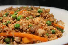 A kínai zöldséges sült rizs köretnek de önálló fogásnak is tökéletes. Ez a recept vegán diétának is megfelel, de a húsevők - mint én - is imádni fogják! Mind Diet, Vegetarian Recipes, Healthy Recipes, Easy Recipes, Cooking Courses, Fast Easy Meals, Hungarian Recipes, Meal Planning, Side Dishes
