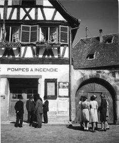 La place le Dimanche | Boersh 1945 |¤ Robert Doisneau | 8 août 2015  Atelier Robert Doisneau | Site officiel