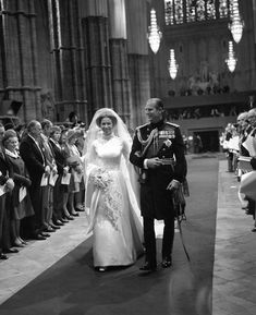 November 1973 Proud father of the bride, The Duke of Edinburgh, walking his daughter, The Princess Anne up the aisle of Westminster Abbey. The wedding bouquet included a sprig of myrtle grown from a piece of Queen Victoria's bouquet. Royal Princess, Princess Anne Wedding, Princess Elizabeth, Princess Margaret, Princess Diana, Princesa Anne, Princesa Real, Royal Wedding Gowns, Royal Weddings