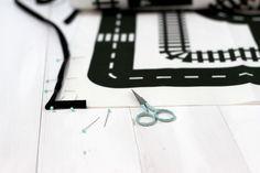 Spielteppich - die kleine Designerei: Teppich zum selber nähen mit Strassen und Schienen Motiv! Nur noch Schrägband rum und fertig, tolle Idee! www.die-kleine-designerei.com