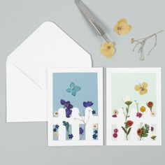 Tee ihana kortti, jossa aita ja kuivatuista kukista tehty puutarha. Diy Fleur, Scrapbooking, Creations, Gallery Wall, Frame, Home Decor, Daydream Medallions, Pretty Cards, Flower Cards