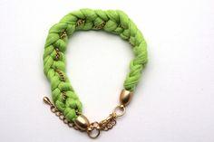 Dieses Armband besteht aus Baumwolle und einer goldenfarbigen Kette.  Es ist das ideale Sommer Armband schön leicht und in der Trend Farbe Neon Gr...