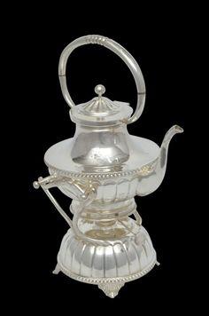 Elegante samovar em prata 925mls contrastada com corpo gomado e borda perolada. Pés em feitio de flo