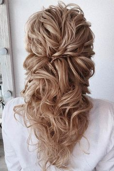 50 Awesome Curly Wedding Hairstyles Almost all of the curly wedding hairstyles are for girls with straight hair. They may take longer at hair salon. But it worth for sure! And it will cr. Dark Curly Hair, Curly Wedding Hair, Wedding Hairstyles For Long Hair, Straight Hairstyles, Bridal Hair, Bohemian Bride, Groom Attire, Love Hair, Wedding Looks