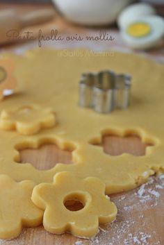 Pasta frolla ovis mollis ricetta base: Variante della pasta frolla che si prepara con i tuorli d'uovo sodi e sbriciolati. Una maniera che rende il risultato finale friabile e che si scioglie in bocca. Perfetta per biscotti, canestrelli e crostate .