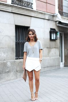 Zara_Skort-Grey_Tee-Silver_Sandalds-Beaded_Clucth-Street_Style-Outfit-16.jpg (790×1185)