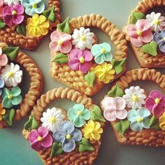 Awesome flower basket cookies, such stunning hard work. Mother's Day Cookies, Fancy Cookies, Iced Cookies, Cute Cookies, Easter Cookies, Cupcake Cookies, Sugar Cookies, Cookies Et Biscuits, Cookie Favors